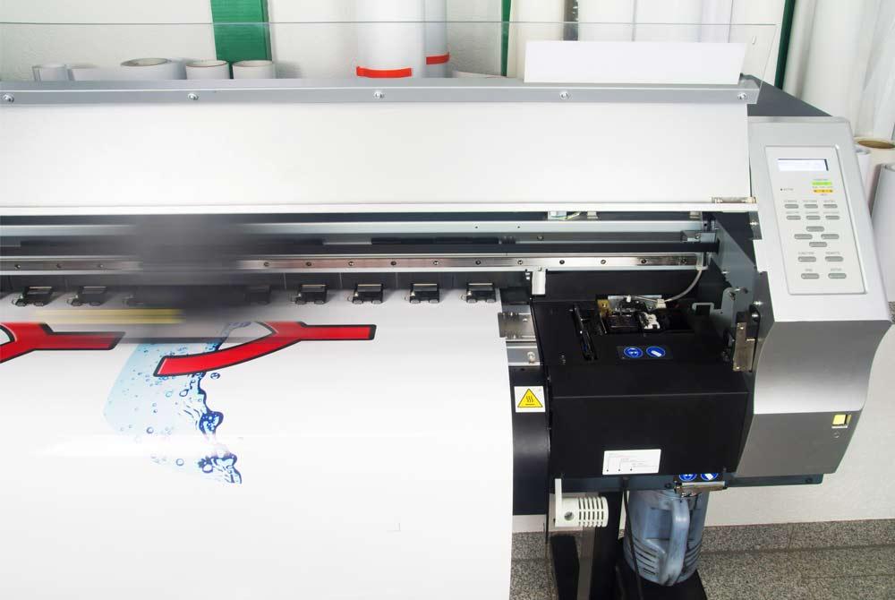 Spécialiste en impression grand format et impression sur textile, notre atelier contrôle le processus de fabrication offrant plus de flexibilité et de personnalisation à vos projets.